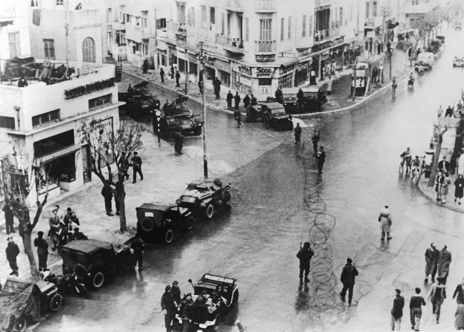 08. После нападения «Иргун» на британцев на улицах многих городов установили колючую проволоку