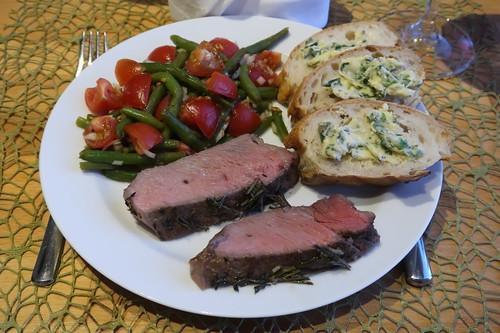 Entrecôte mit Tomaten-Bohnen-Salat, Ciabatta und Kräuterbutter (mein Teller)