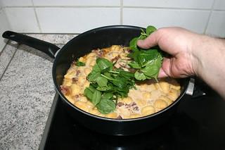 19 - Put spinach in pan / Spinat in Pfanne geben