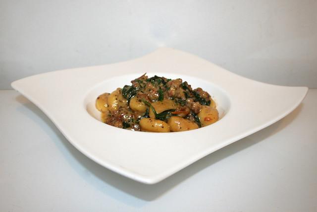 29 - Creamy tuscan sausage gnocchi with spinach - Side view  / Cremige toskanische Wurst Gnocchi mit Spinat  - Seitenansicht