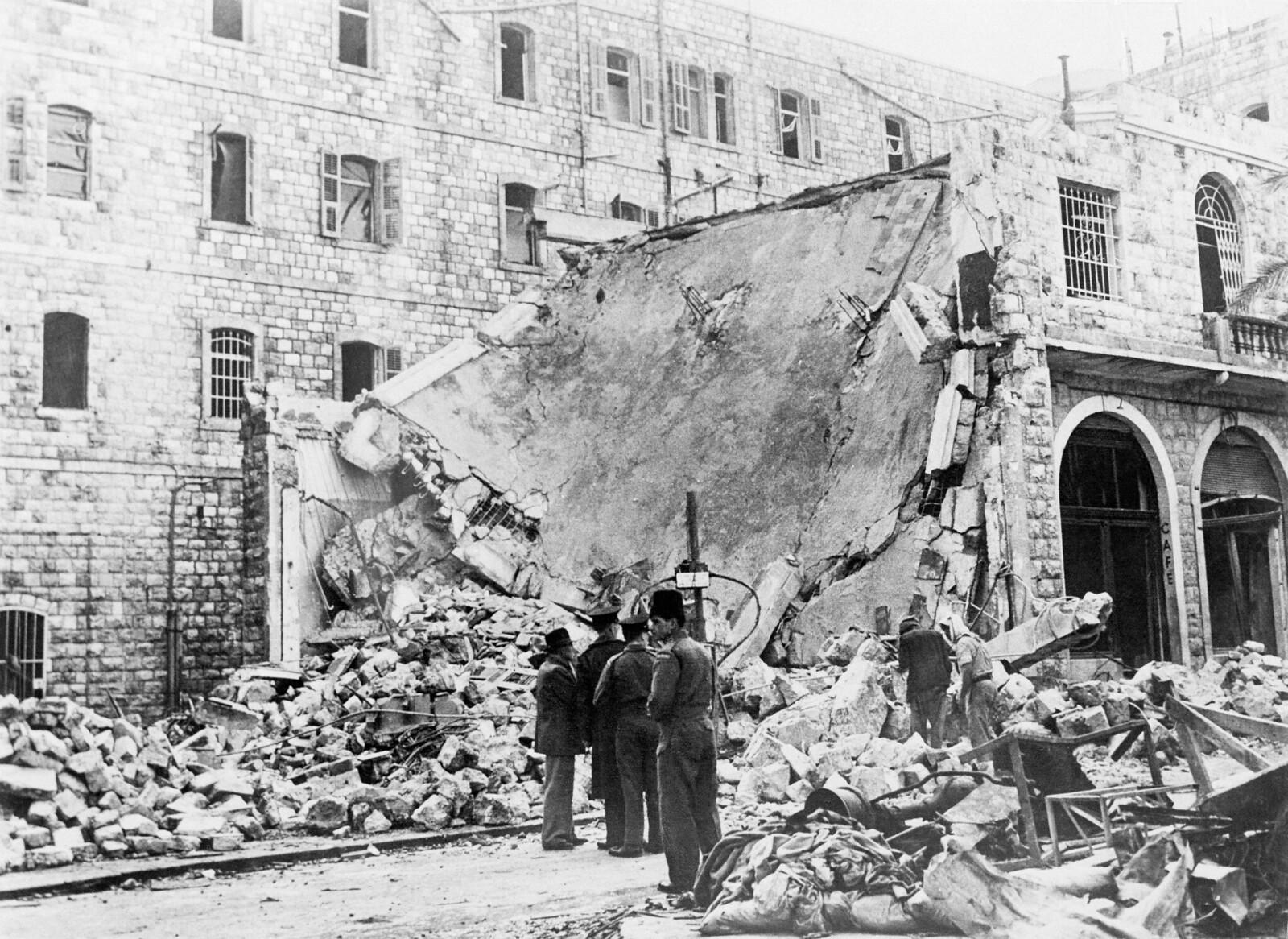 06. Вид на разрушенную взрывом штаб-квартиру британской полиции в Хайфе. Терракт был совершен членами организации «Иргун»