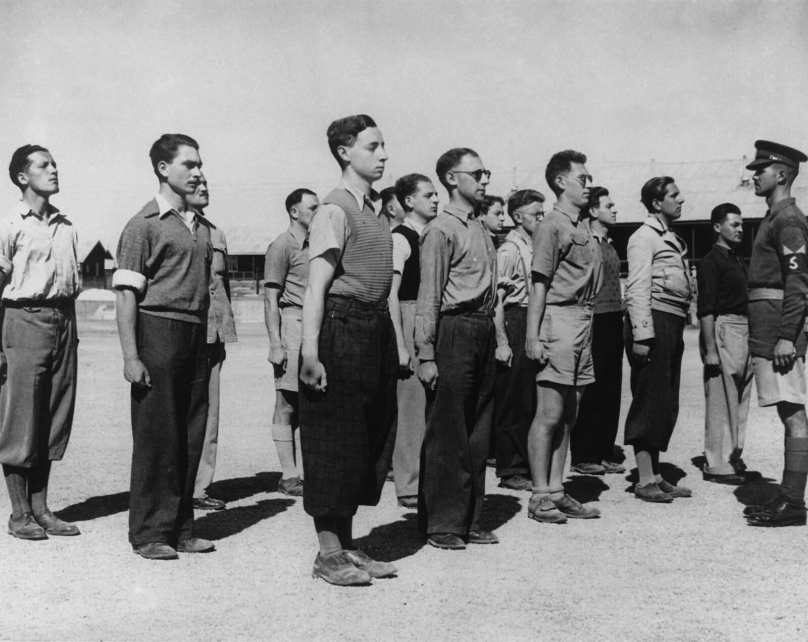 04. Новобранцы, как арабы, так и евреи, получают свои первые инструкции от британского унтер-офицера