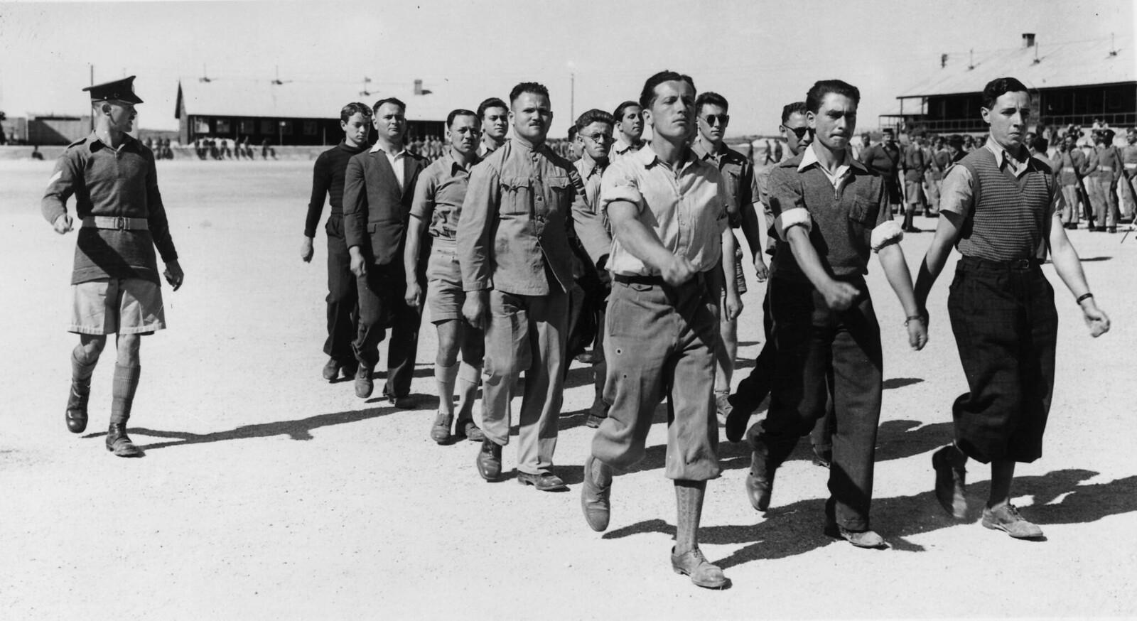 03. Арабы и евреи маршируют бок о бок в составе  вспомогательного военного корпуса британской армии