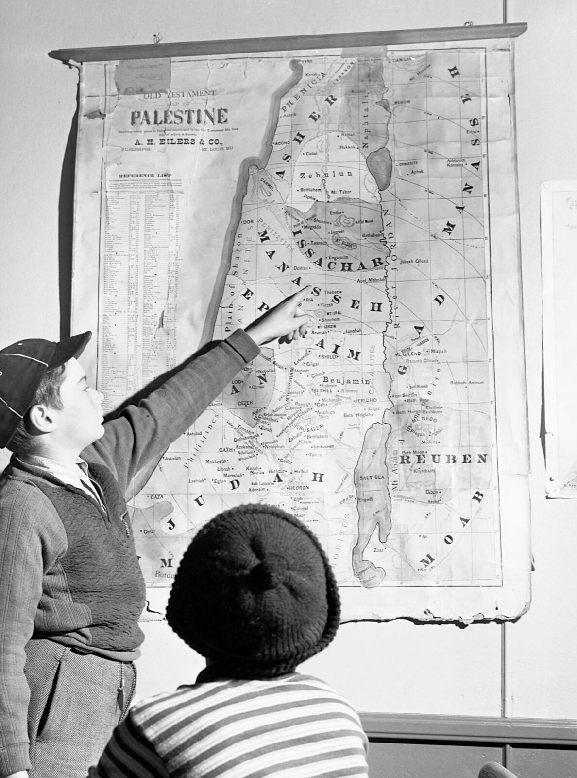 14. Двое мальчиков в еврейской школе изучают карту Палестины. Ноябрь