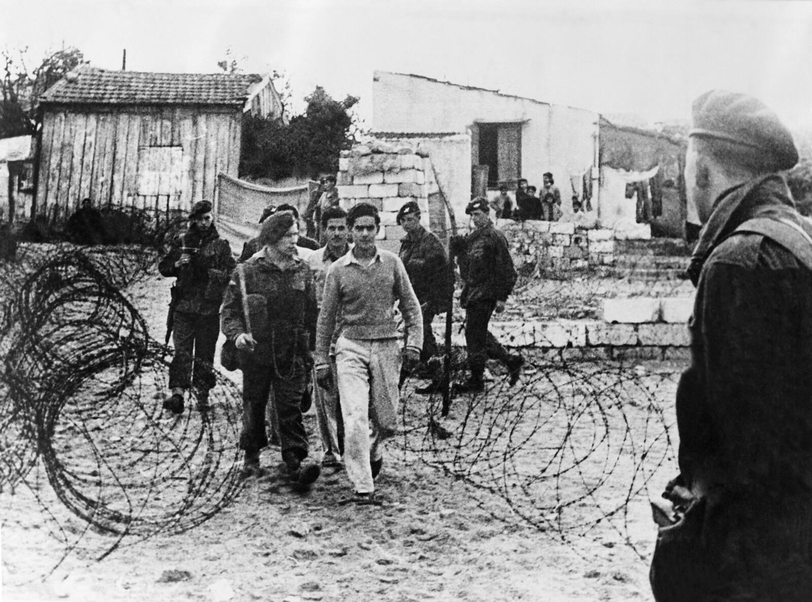 10. Обвиняемые в принадлежности к «Иргун», эти два молодых еврея направляются под британским военным конвоем в офис, где их допросят
