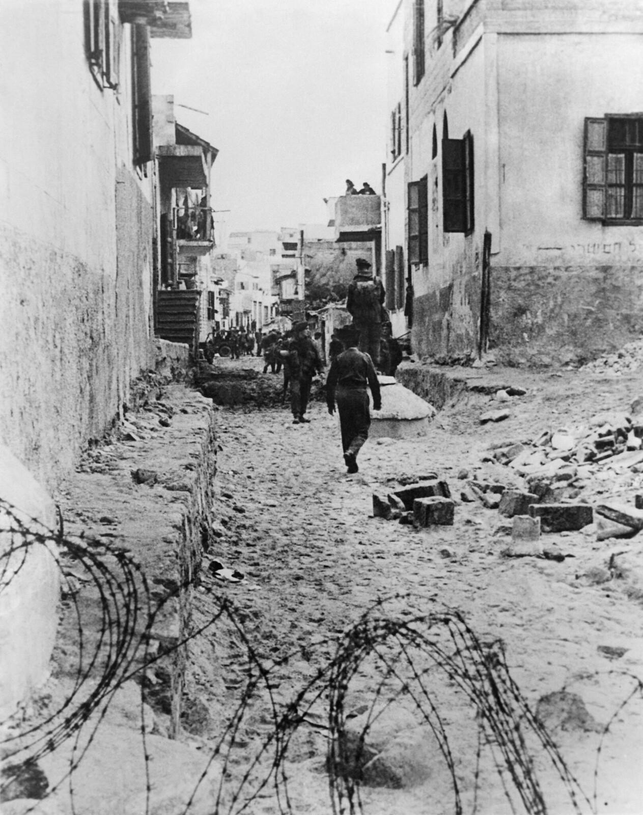 07. После нападения «Иргун» на британцев на улицах многих городов установили колючую проволоку