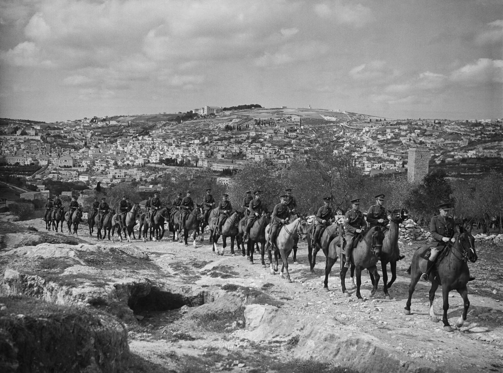05. Члены составного кавалерийского полка британской армии во время тренировок за пределами старого города. Назарет