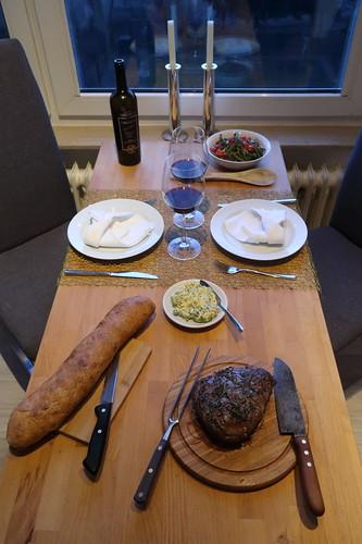 Entrecôte mit Tomaten-Bohnen-Salat, Ciabatta und Kräuterbutter (Tischbild)