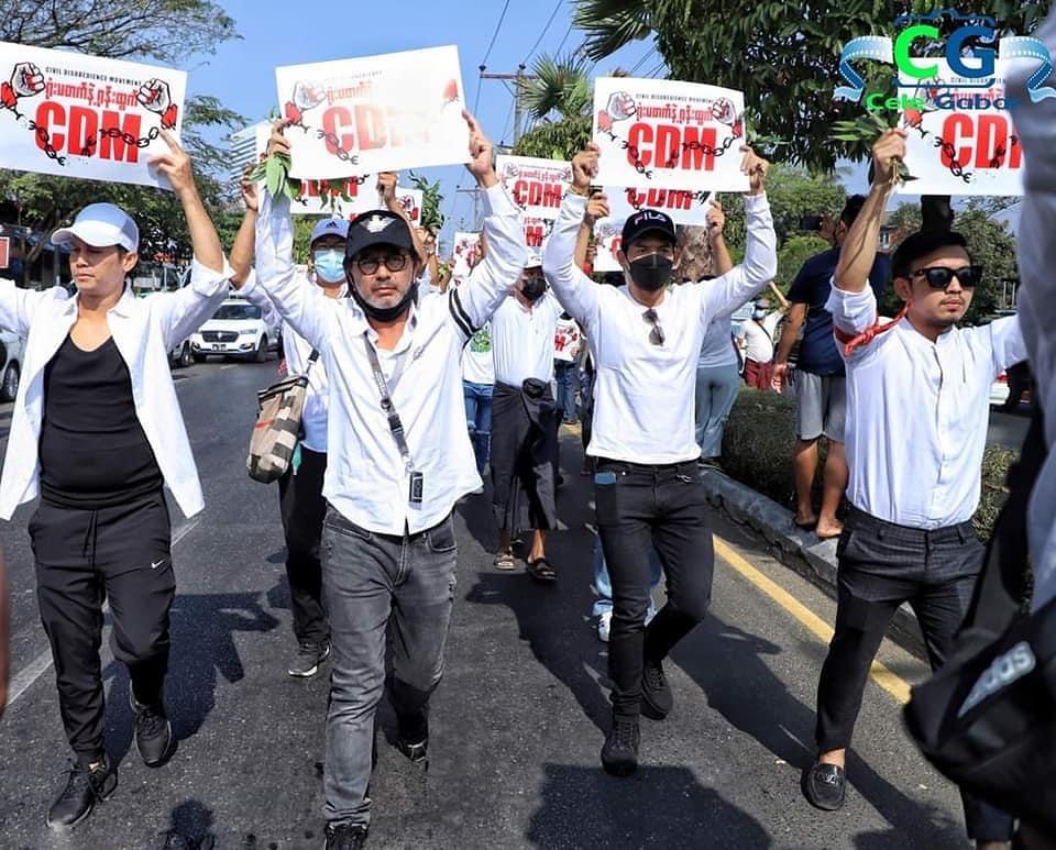 แถวหน้าสุด คนที่สองจากด้านซ้าย นักแสดงและผู้กำกับชื่อดังชาวพม่าหลู่มิน