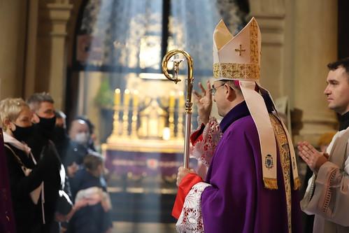 Msza św. Prymicyjna Bp. Roberta Chrząszcza w Sanktuarium Pasyjno-Maryjnym w Kalwarii Zebrzydowskiej oraz modlitwa podczas Gorzkich Żali