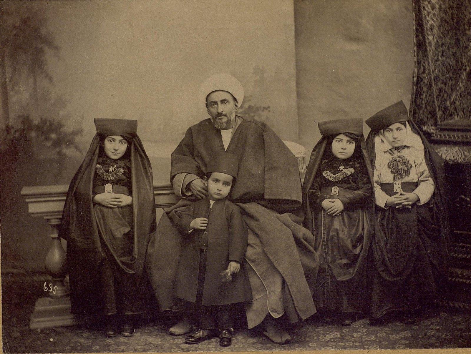 Семья богатого иранца