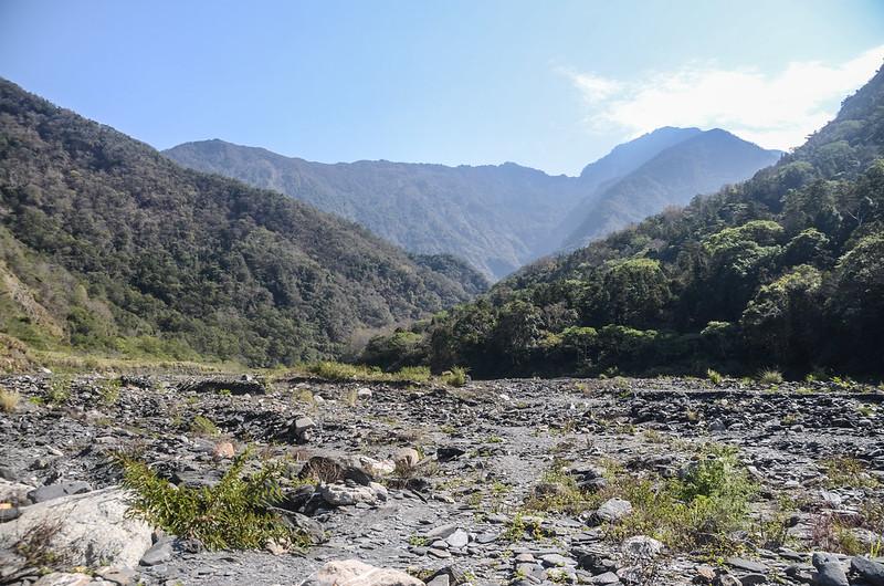 栗栖溪河床東面仰望三來稜與干卓萬連稜