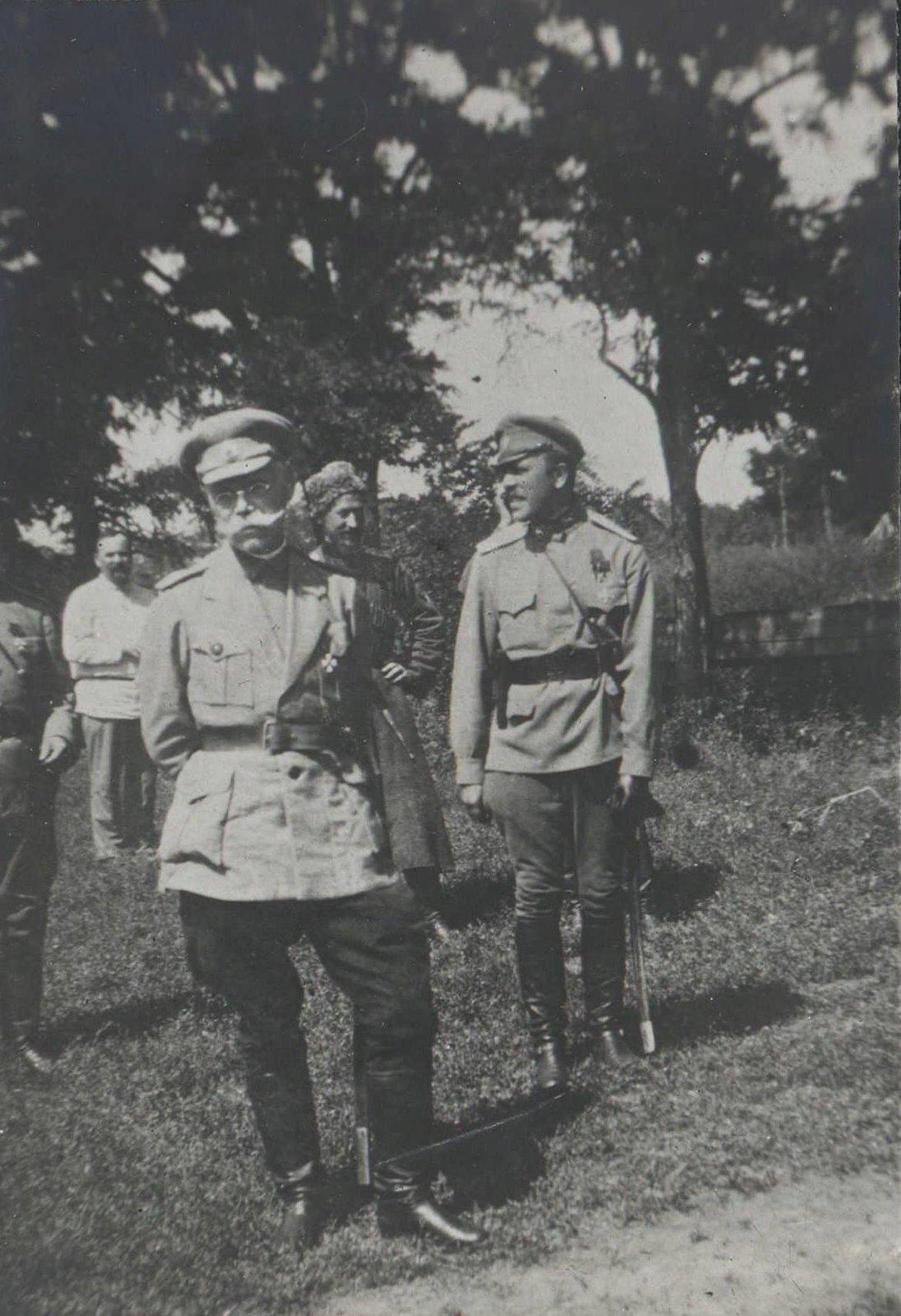 26. Верховный руководитель Добровольческой армии генерал М. В. Алексеев на фронте незадолго до смерти
