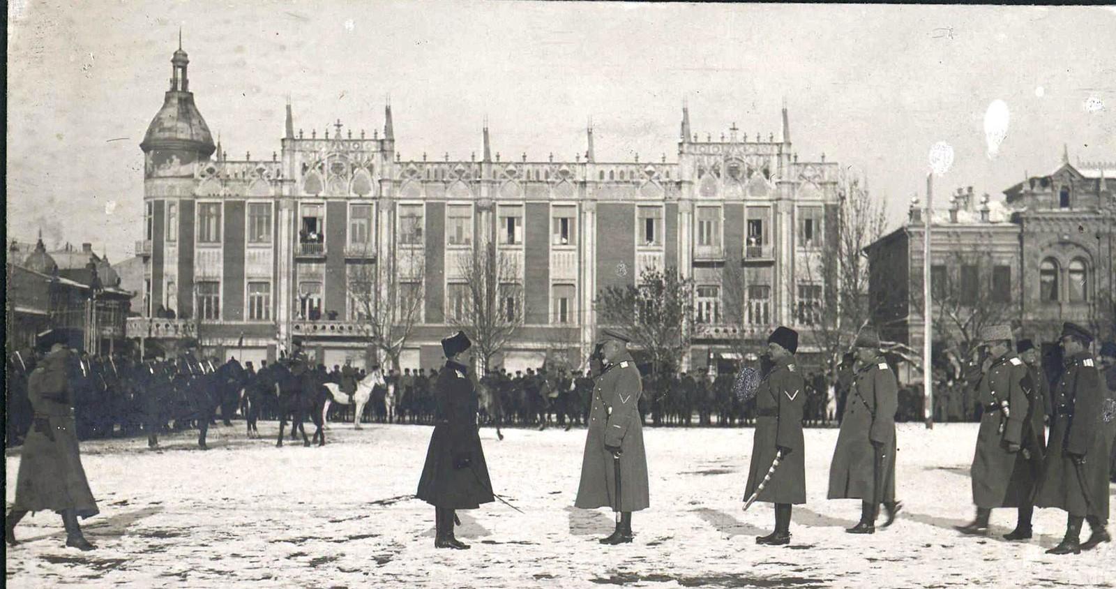 23. 1918. Генерал А. И. Деникин принимает парад Корниловского полка в г. Екатеринодаре
