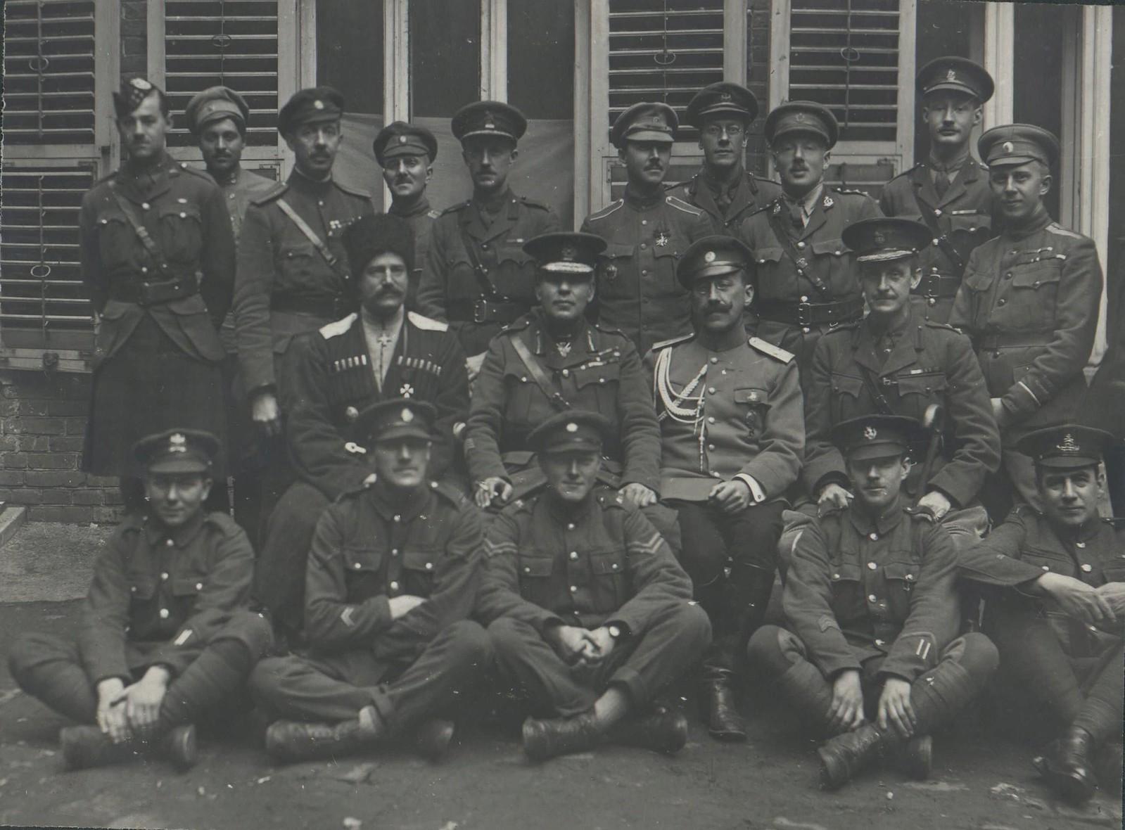 12. 1918. Группа английских и французских офицеров с главнокомандующим всеми союзными войсками в России генералом Пулем