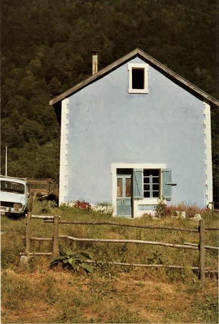 Maison bleu et Peugeot
