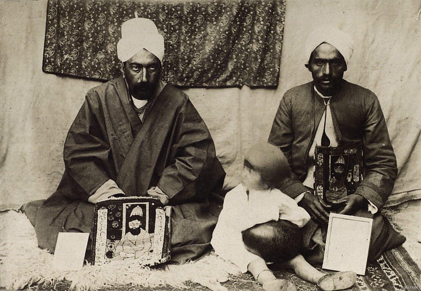 Слева - Хаджи Мухамад Ибрахим Ширази, мурид (глава) дервишей Кермана