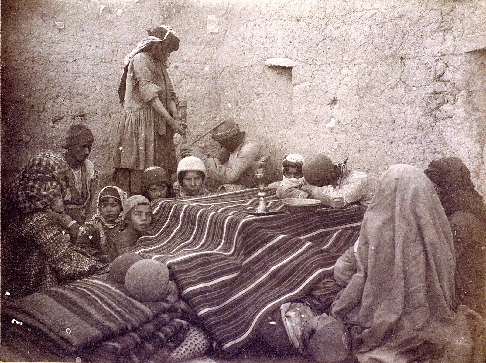 Семья иранцев возле кичи (грелки)