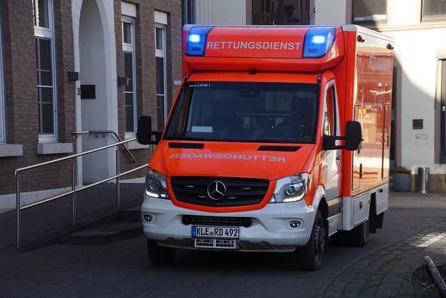 Mercedes-Benz Sprinter Rettungsdienst Kreis Kleve met kenteken KLE-RD 492 in Grieth Niederrhein 21-02-2021