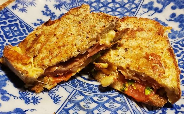 #210221 #jantar #sanduiche #pãointegral #queijo prato #presunto parma #tomatecereja #dinner #sandwich #brownbread #parmaham #cheese #tomato