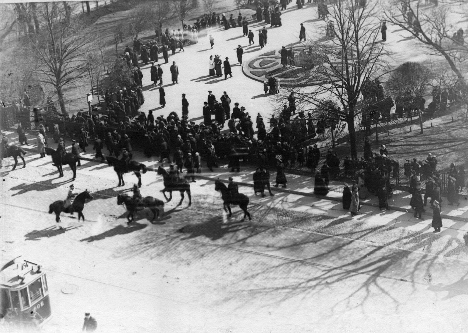 22. 1912. Разгон демонстрации протеста на Невском проспекте. Санкт-Петербург. 15 апреля