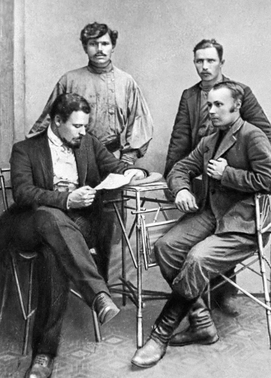 16. 1912. Рабочие-активисты забастовки на Ленских приисках и их адвокат А.Тющевский (сидит слева). 7 июля
