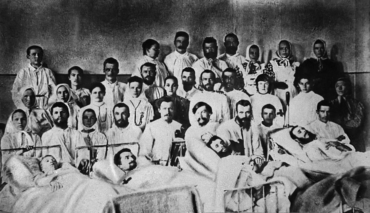 06. 1912. Раненые рабочие в больнице Феодьевского прииска. 5 апреля