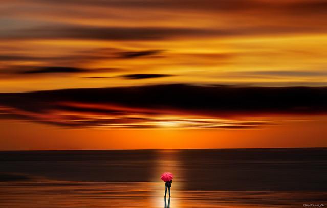 The man with umbrella in a sunset - El hombre con paraguas en un atardecer