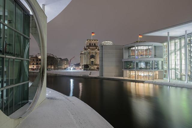Der Bundestag auf beiden Seiten der Spree