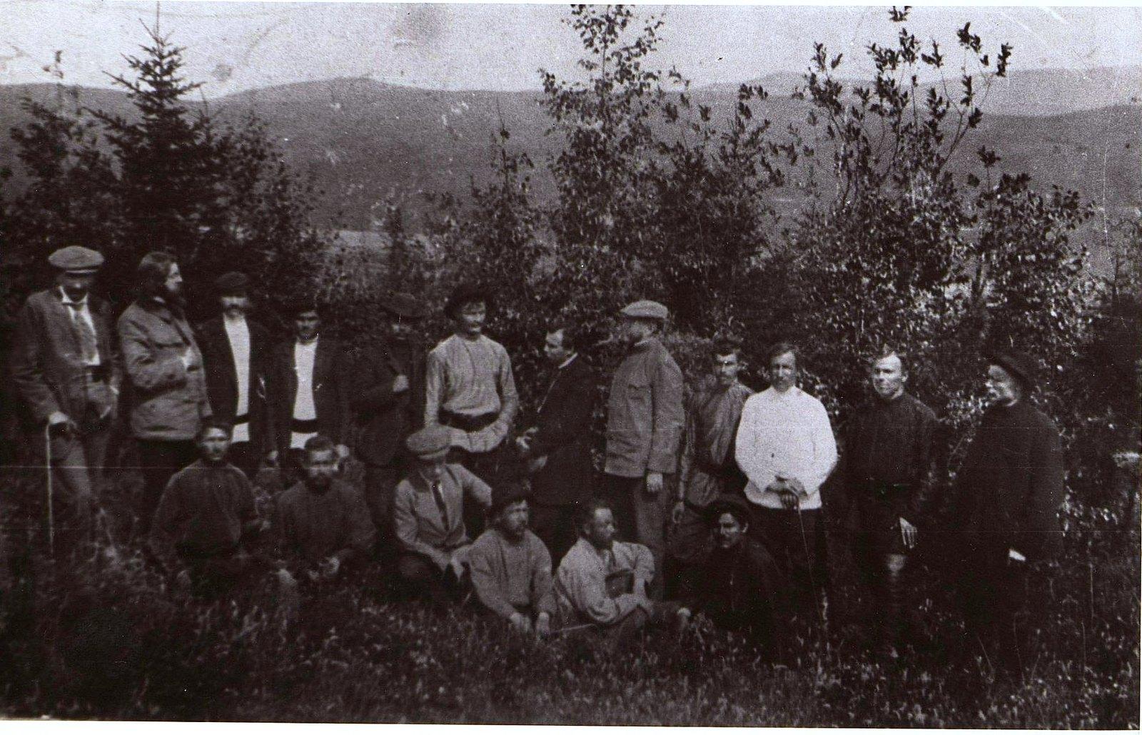 13. 1912. Юристы, приехавшие для расследования причин забастовки на Ленских приисках, и рабочие