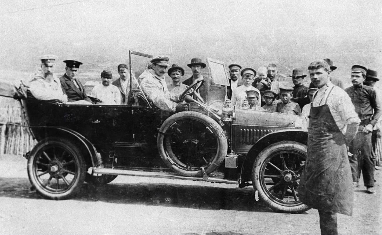 15. 1912. Иркутский губернатор Бантыш (первый слева в машине), во время Ленских событий