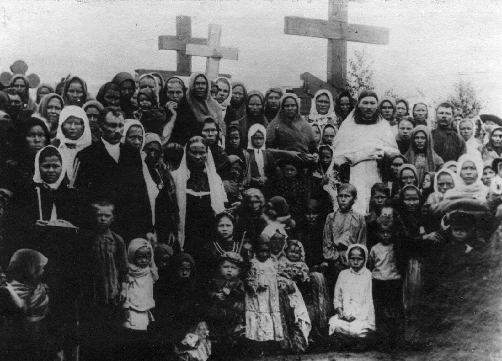 12. 1912. Группа женщин у могил расстрелянных рабочих