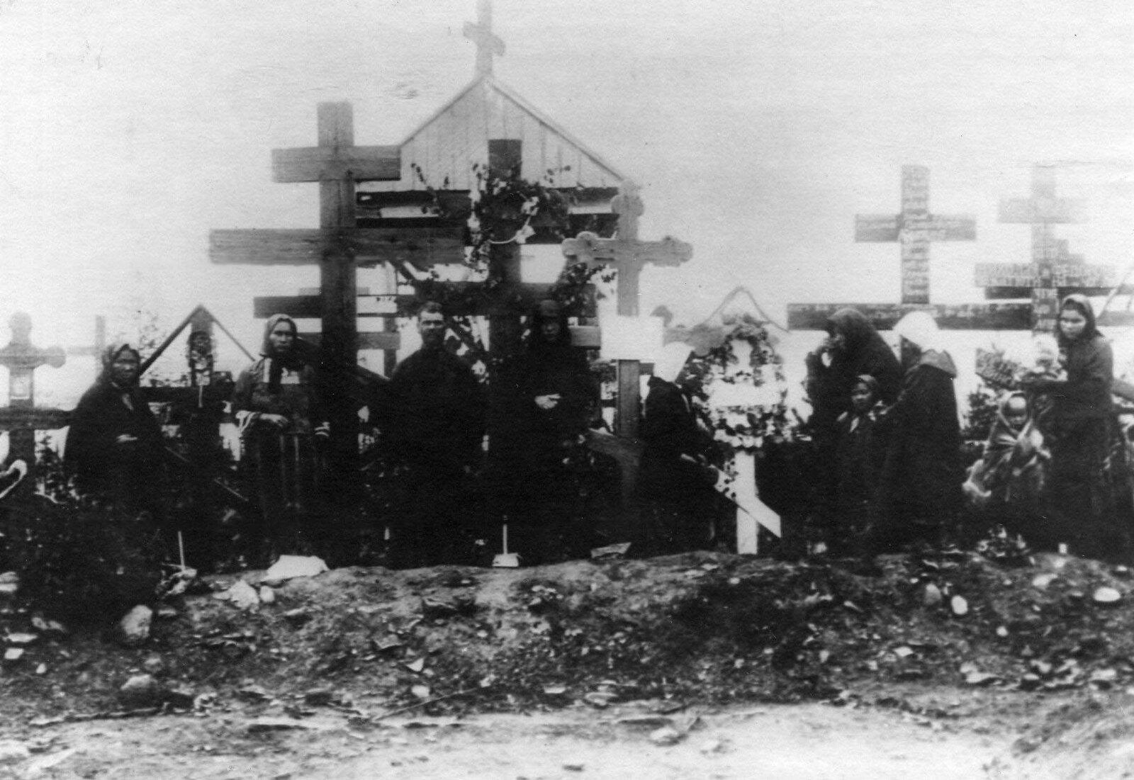 11. 1912. Родственники на могилах расстрелянных рабочих