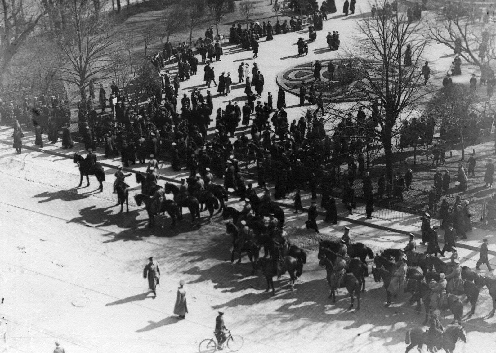21. 1912. Разгон демонстрации протеста на Невском проспекте. Санкт-Петербург. 15 апреля.