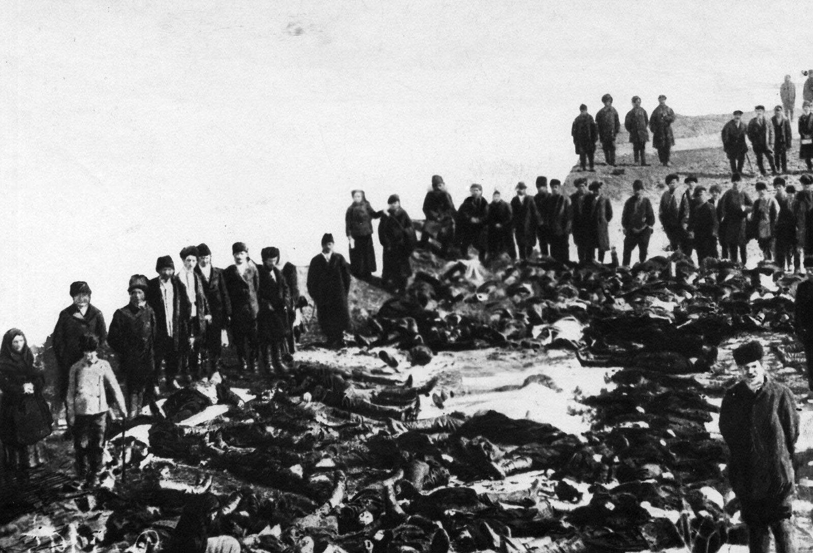 04. 1912. Родственники и друзья у тел убитых рабочих. 4 апреля