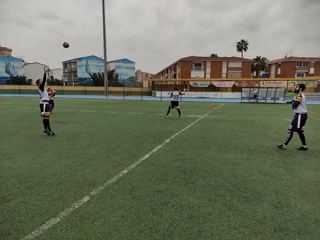 Varios jugadores de Sevilla Linces Flag Football calientan en el Polideportivo Municipal Elola. Autor Sevilla Linces