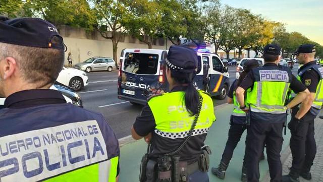 Agentes-de-la-policia-nacional-y-local-en-sevilla