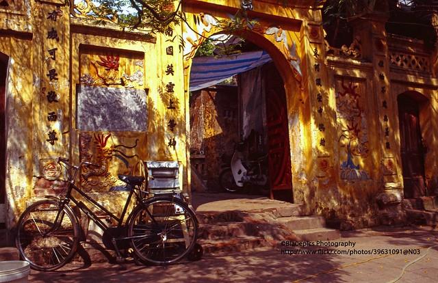 Hanoi, temple entrance - Explore
