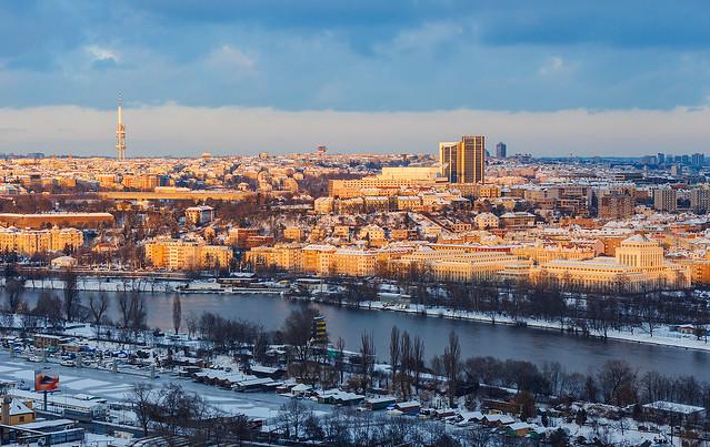 Zasněžená Praha ze Žvahova