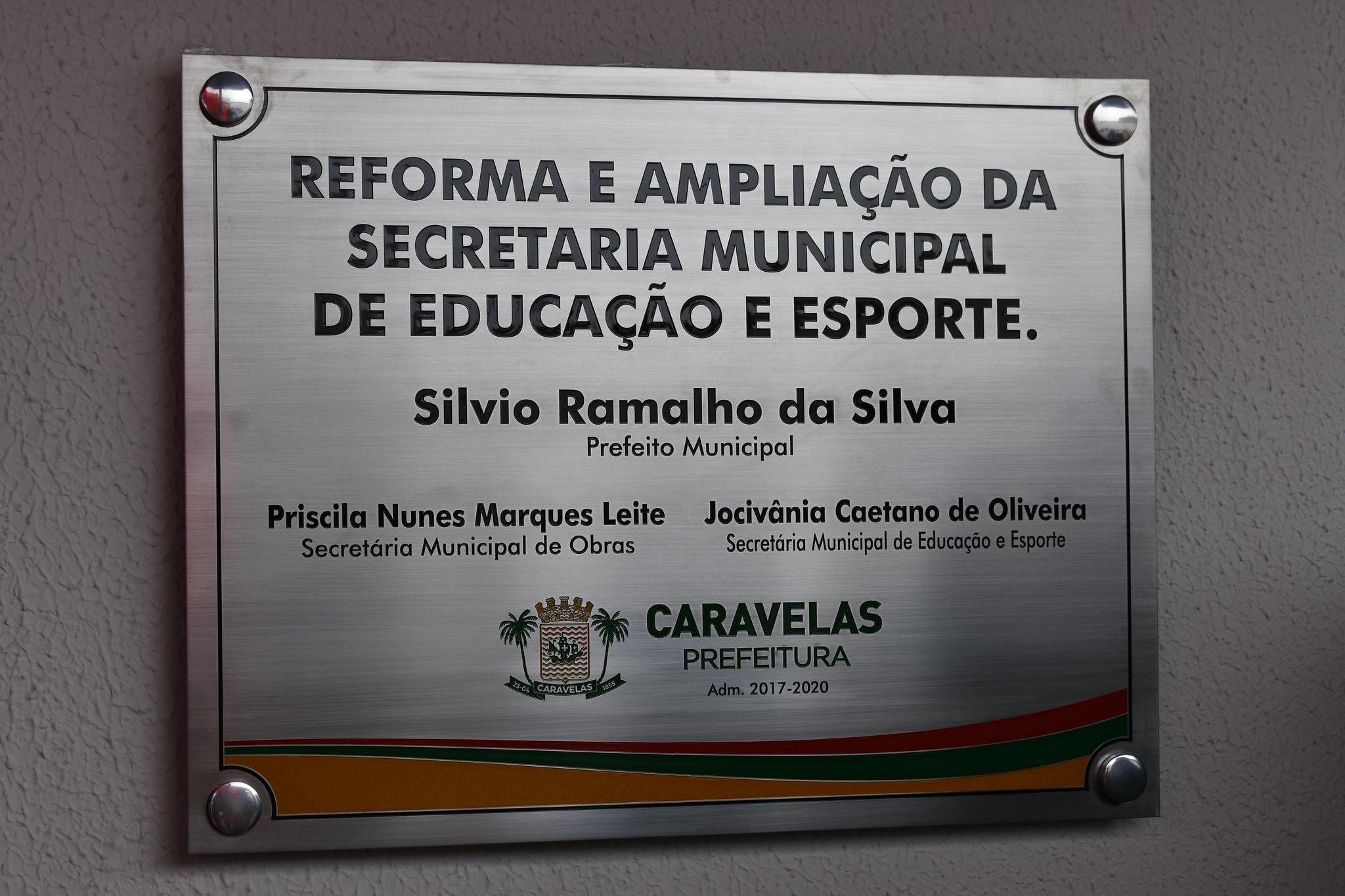 Placa da reforma e ampliação da Secretaria de Educação de Caravelas