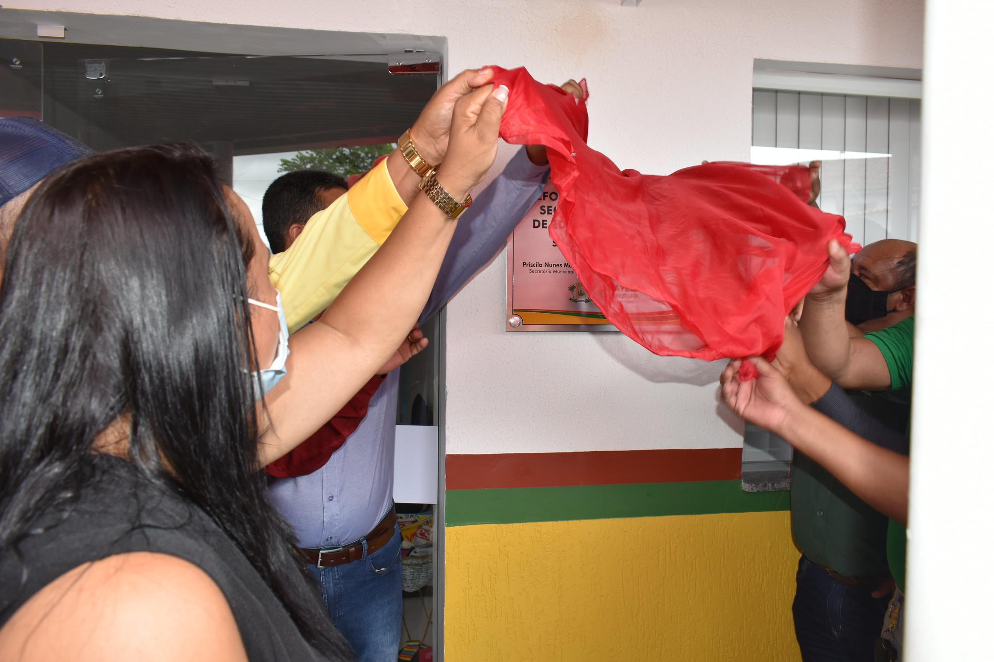 Descerramento da faixa inaugural das obras de reforma e revitalização da Secretaria de Educação de Caravelas ( (3)