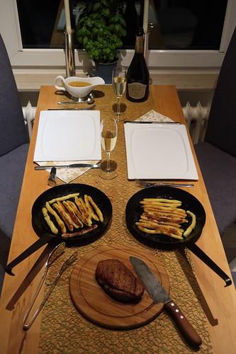 Gebratenes Entenbrustfilet mit Orangensoße und Schupfnudeln (Tischbild)