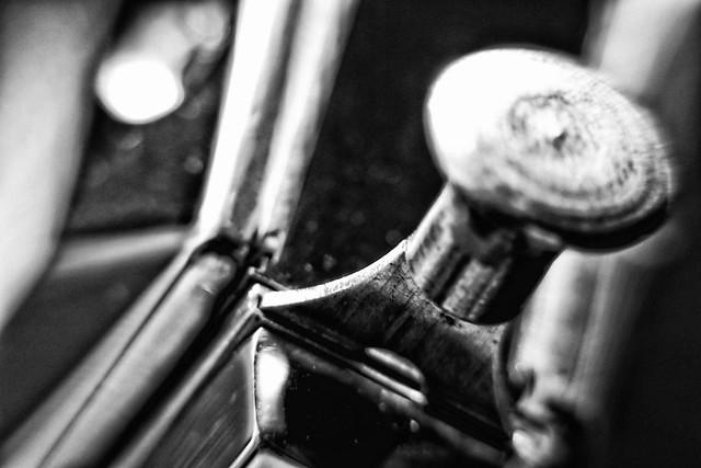 Sonne im Blues – abstrakt Blues Harp – Dutch Angle – Industrie Produkt Schwarz Weiß Makro Kunst Fotografie.