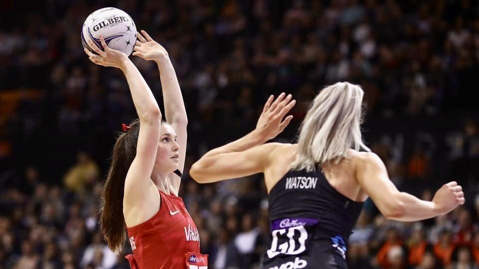 Sophie Drakeford-Lewis playing netball