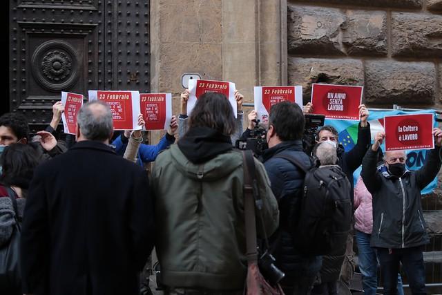 Attori e lavoratori dello spettacolo scendono in piazza in tutta Italia, a Firenze davanti alla Prefettura in via Cavour