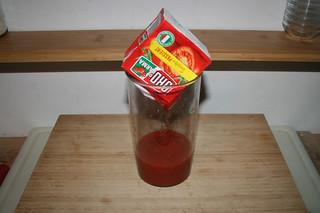 01 - Put sieved tomatoes in bin / Passierte Tomaten in Behältnis geben