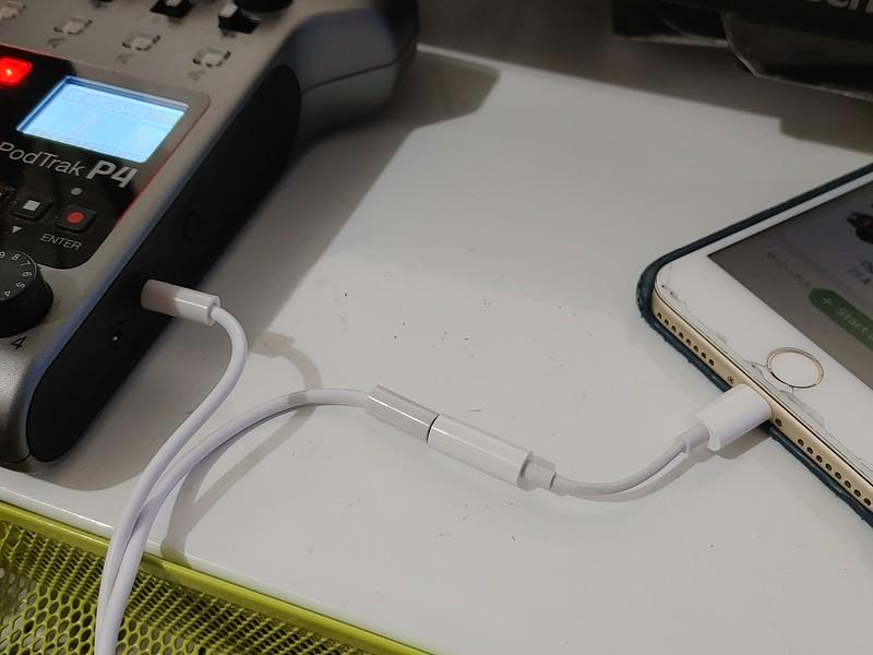 iPhoneはLightning変換コネクタ経由で接続