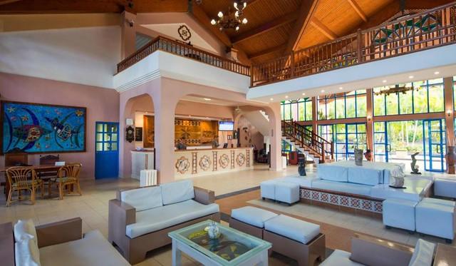 Mural de losas de cerámicas, obra de Beatríz Sala Santacana, en salón recepción del Hotel Memories Jibacoa, Mayabeque.