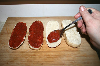 12 - Spread tomato sauce on baguettes / Baguettes mit Tomatensauce bestreichen