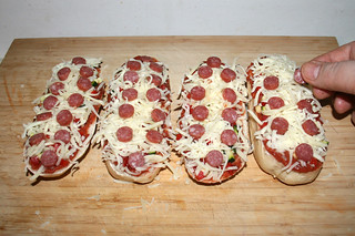 15 - Add salami slices / Salamischeiben auflegen